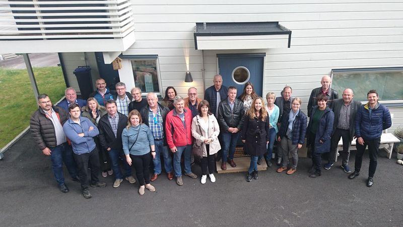 Deltakarar frå Sogn i lag med entreprenør Nedrevåg og bustadgruppa i Ullensvang foran ei av dei nye bueiningane på Tjødnahaugane