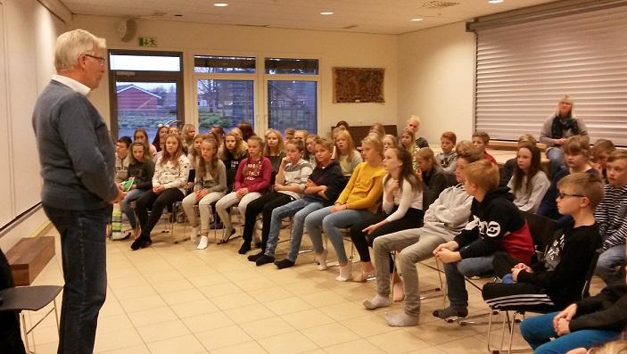 Sigbjørn Johnsen og mange elever