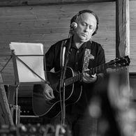 Levi Henriksen i studio med gitaren