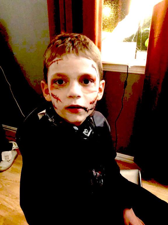 Gutt kledd ut som Darth Vader
