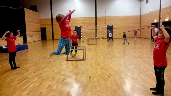 barn innefotball hopp
