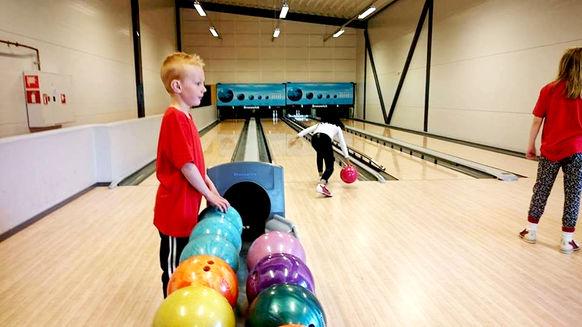 bowlingkuler og gutt