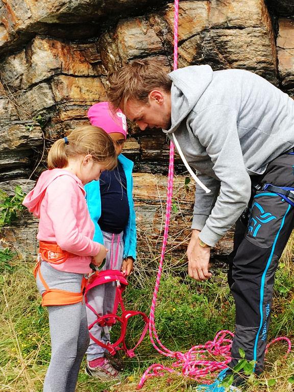 jente får hjelp klatring nærbilde