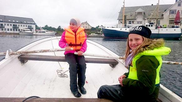 to jenter båt