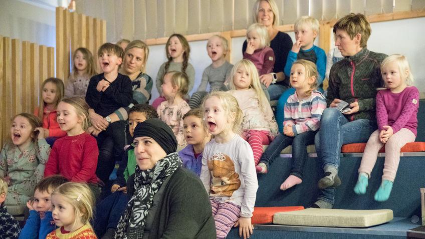 Barn som ser på teater