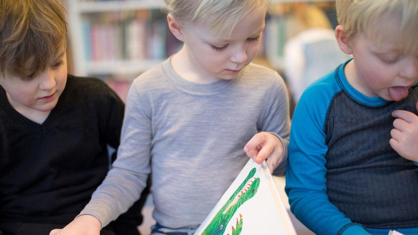 Barn som leser i bok