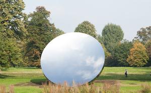 Anish Kapoor, Sky Mirror, 2006. Rustfritt stål.  Diameter 10 m. Kensington Gardens, 2010-11.  Foto: Dave Morgan. Tilhører kunstneren og Gladstone Gallery.  © Anish Kapoor, 2018