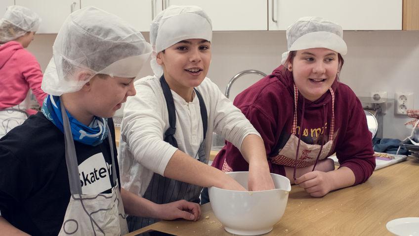 Barn på skolekjøkken