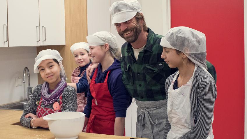 Elever og lærere på skolekjøkken