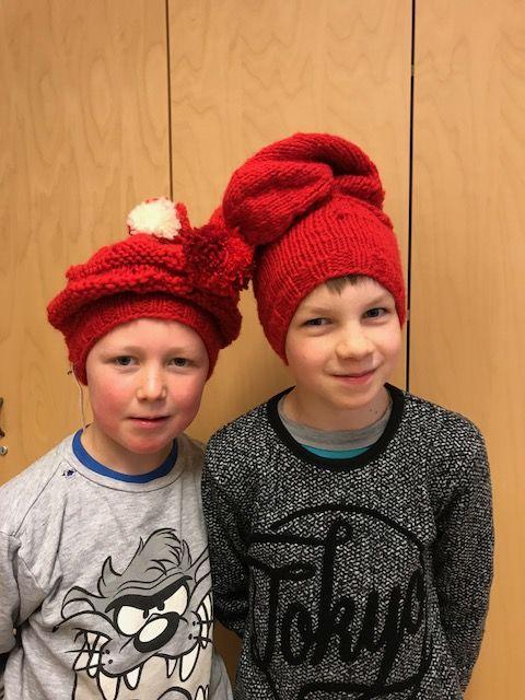 2 gutter med røde strikkeluer