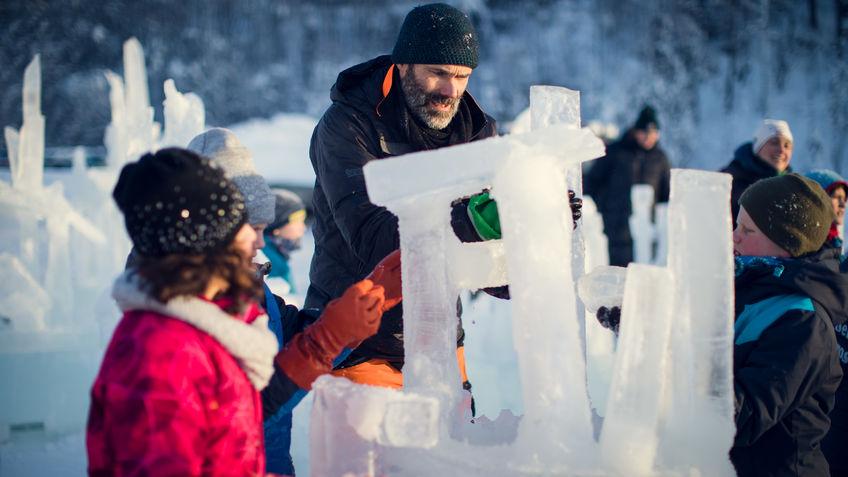 Elever og instruktør bygger med is.