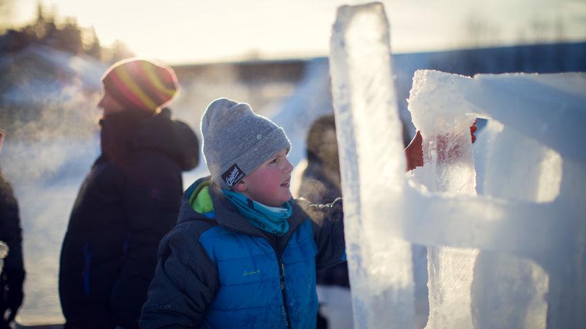 Elev som lager isskulptur