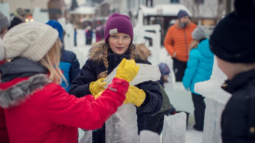 Gruppe elever som bygger med is.