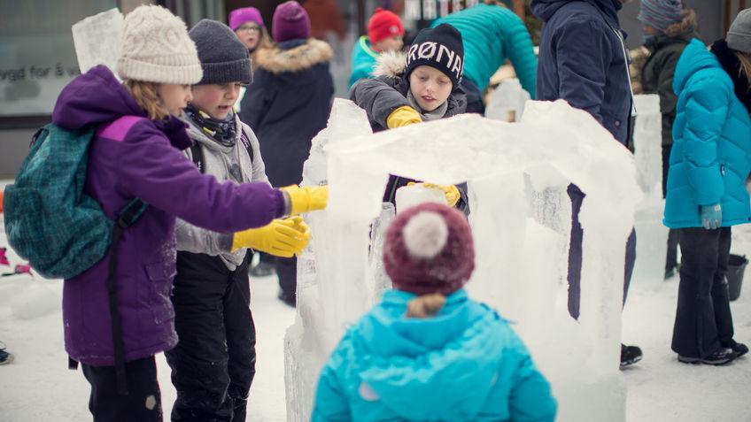 Elever som bygger med is