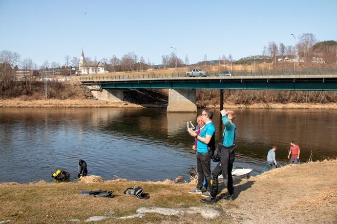 Kartlegger elva med drone i tillegg.jpg