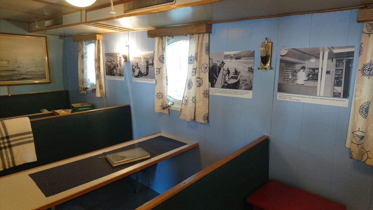 Utstilling i salongen på Gamle Mårøy