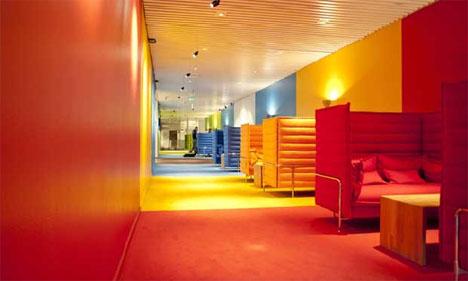 Fargerike rom fremmer kreativiteten, tror arkitekt og scenograf Trond Olav Erga, som står bak NRKs nye møteplass. Seks fargerike rom i rommet skaper intimitet og møteplasser i forbifarten for travle NRK-folk.