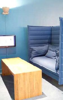 Man kan velge sittegruppe etter humør og smak - de ulike fargesonene består av sofaer, tepper og malte vegger. Til sammen utgjør det en frisk colour blocking.