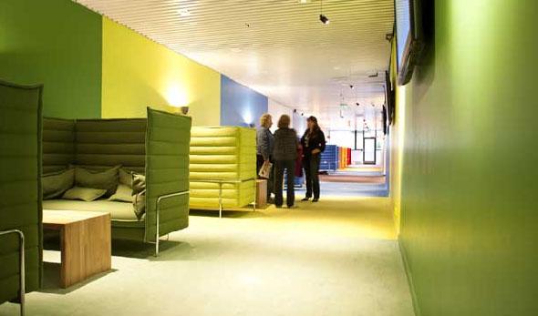 Om man heller er av det mer barnslige slaget, kan man velge den grønne sofagruppen og se på Barne-tv, eller slå seg ned i den limegrønne sofaen og se på været