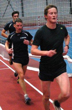 Bård Nonstad drar foran  Kjetil Fagerholt og Gjermund Hov. De to sistnevnte løp 8x1.000m