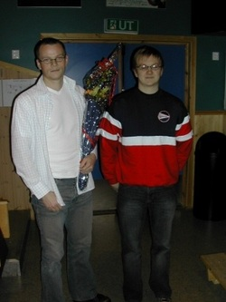 Avgått idrettslagsleder Håkon Fredriksen (t.h.) sammen med Yngve Bakken, som gikk av som leder i fotballgruppa og fikk blomster for sin store innsats der.