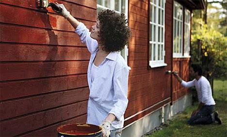 Vanntynnbare grunninger og malinger skal ikke brukes ved lavere temperatur i underlaget enn fem plussgrader. Sett derfor opp fabrikkgrunnet kledning om høsten og vinteren. Da kan du male i vår!