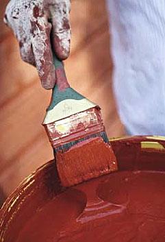Ved lave utendørstemperaturer anbefales ikke bruk av vanntynnbare akrylmalinger og lignende, og den som må male da bør heller velge en oljedekkbeis eller en oljebeis. Dette er produkter som kan påføres til langt ut på høsten og vinteren.
