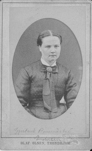 Gjertrud Larsdtr. Romundstad, f. 1858, i utistua Yttgarden. G.m. kjøpmann Carl Andersen. Dei var foreldre til Marie Hamsun.