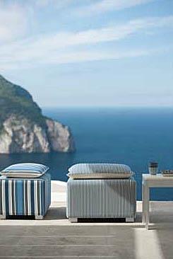 Stripete tekstiler i blått som tåler sol og regn egner seg godt også til utemøbler for hytter ved kysten i Norge (Green Apple).
