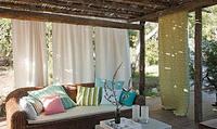 Sofa trukket med tekstiler fra Green Apples nye utendørskolleksjon. Putene har et pent ytre som i tillegg beskytter godt mot sol og regn.