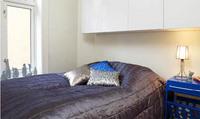 Utgåtte kjøkkenskap ble lakkert og brukt på soverommet.