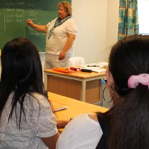 Flerkulturelle elever på skolebenken hos voksenpedagogisk senter.