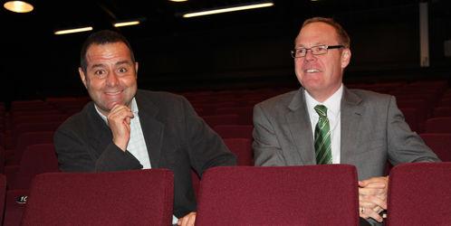 Kultursjef Asle Berteig og rådmann Jørn Strand tester ut de nye setene i Teatersalen.