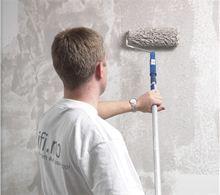 Rullesparkel påføres med en langhåret rull påmontert forlengerskaft. Jobb på et felt fra tak ned til gulvet.