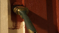 Ubehandlet panel bør absolutt få et strøk maling eller beis før vinteren.