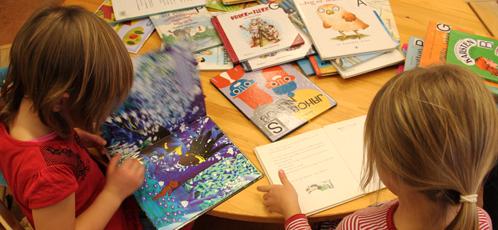 To små jenter leser bøker.