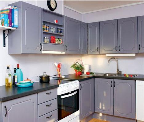 Med noen liter maling og egnet verktøy kommer du langt med å fornye kjøkkenet.