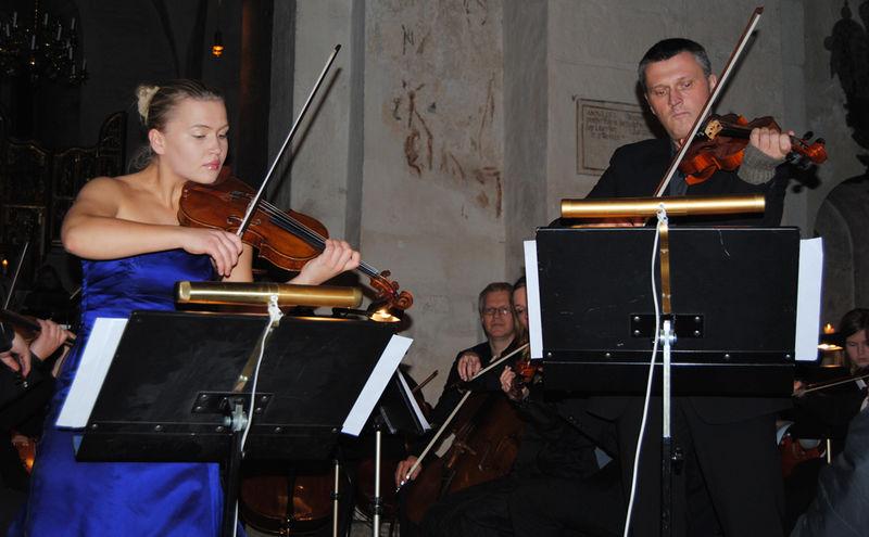 Mari Silje Samuelsen spiller sammen med sin tidligere fiolinlærer Olaf Aasen.