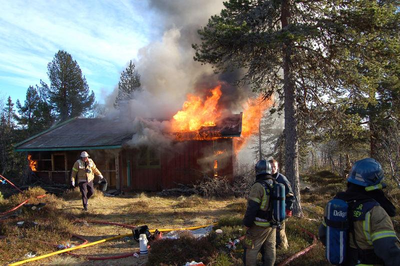 Brannmenn slokker brann.