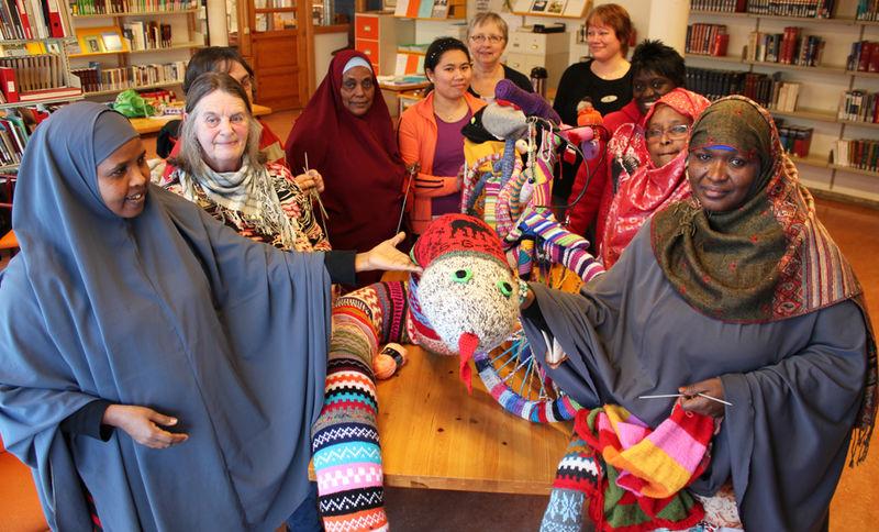 Kvinner på strikketreff på biblioteket.