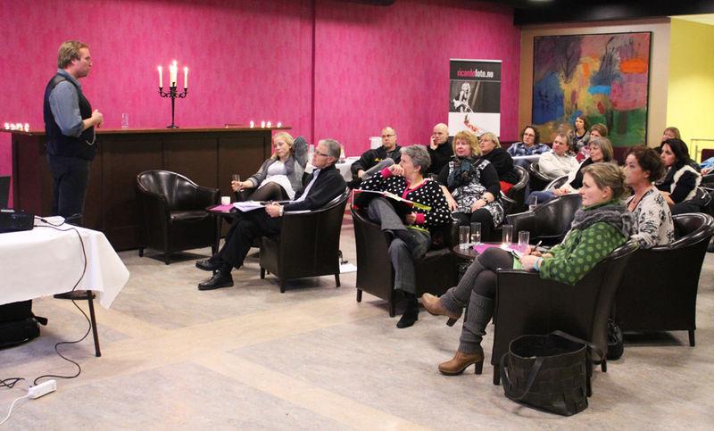 Mennesker lytter til foredrag under bransjetreff.
