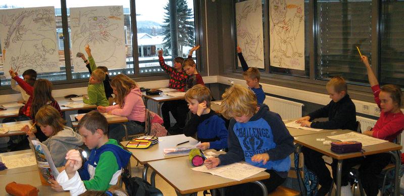 Engasjerte elever i undervisning om lokalsamfunnet.