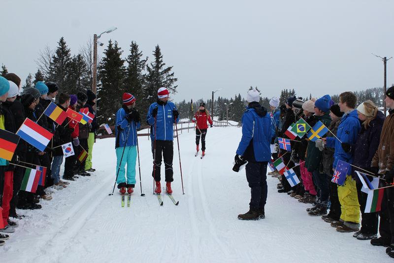 Marthe Bjørnsgaard kommer på ski med fakkelen.