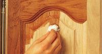 Påfør beis med pensel, svamp eller bomullsgarn jevnt med fiberretningen.