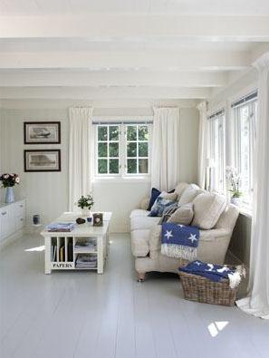 Ny maling på både vegger, tak, gulv og listverk gjorde stuen til en lys oase.