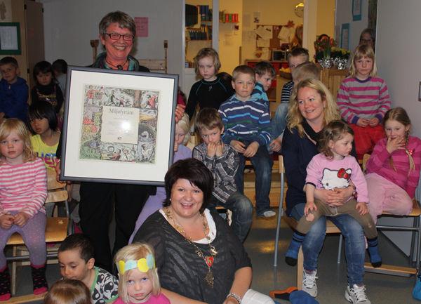 Bilde av leder Liv Skåland Lauritzen og ordfører Anita Ihle Steen med barn i Tømmerli barnehage