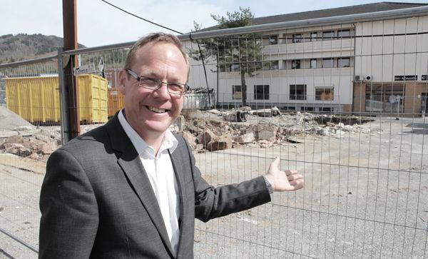 Rådmann Jørn Strand viser hvor torget skal ligge.