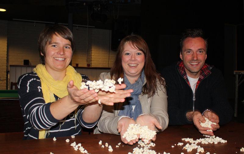 Ingvild Høisveen, Lene Neby og Sindre Tollan kaster popcorn i været.