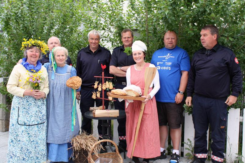 Bidragsyterne til  barnas byfest foran Sønæsgården.