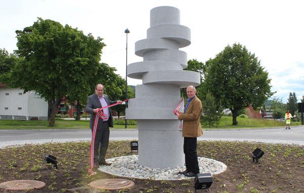 Per Gunnar Sveen fra Hedmark fylkeskommune avduker kunstverket «Lekende steinskiver» sammen med kunstner Istvan Lisztes.
